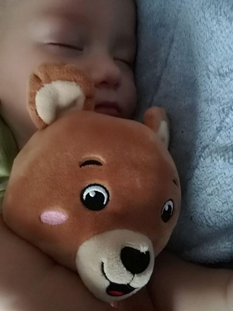 cat doarme bebe