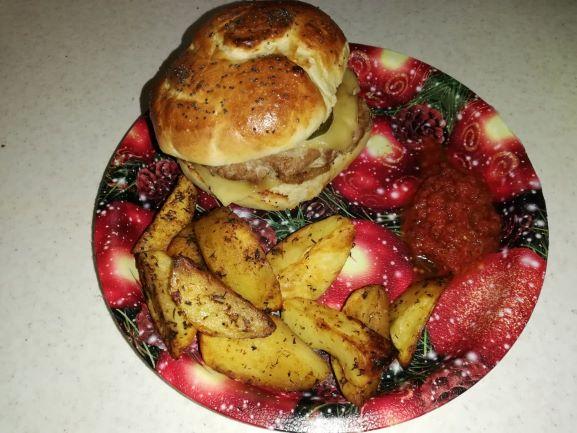 burgeri de casa, cu cartofi și sos de burgeri